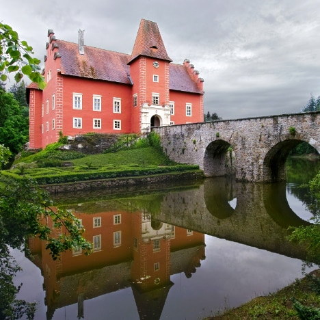Photo of the Czech chateaux Červená lhota reflected in its moat